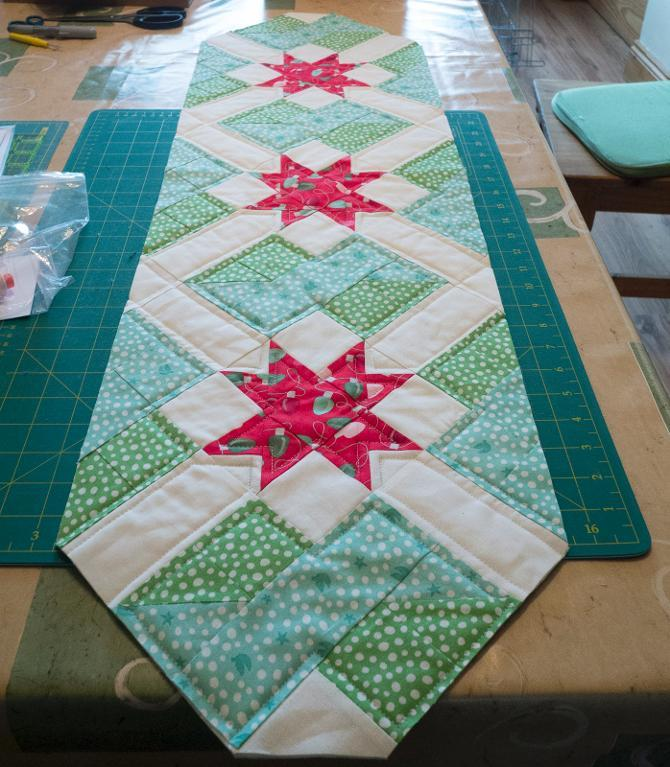 Free Quilt Patterns Table Runners Download : Free Quilt Pattern: Star Crossing Table Runner